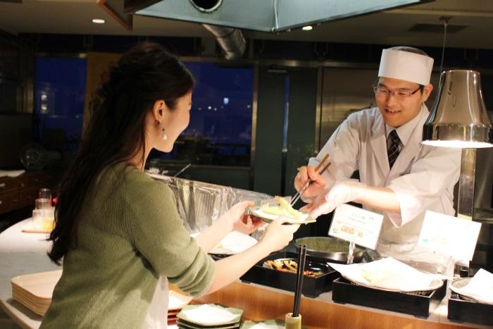 ライブキッチンで揚げたての天ぷらも食べ放題