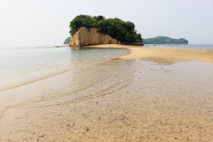 潮が引くと島を結ぶ道が現れる小豆島の「エンジェルロード」(2017年6月撮影)