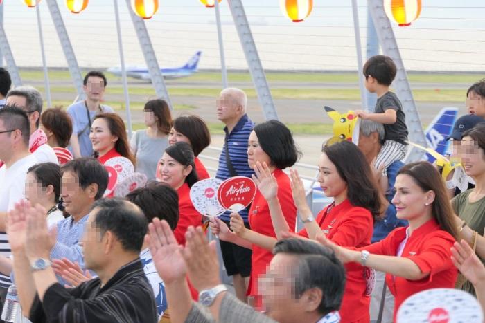 エアアジア・ジャパンの客室乗務員も盆踊りに参加