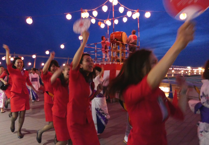 荻野目洋子の「ダンシング・ヒーロー (Eat You Up)」に合わせて踊るエアアジア・ジャパンの客室乗務員