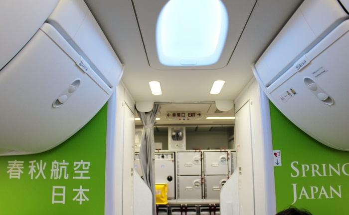 機内後方の壁に会社名が鮮やかに描かれている