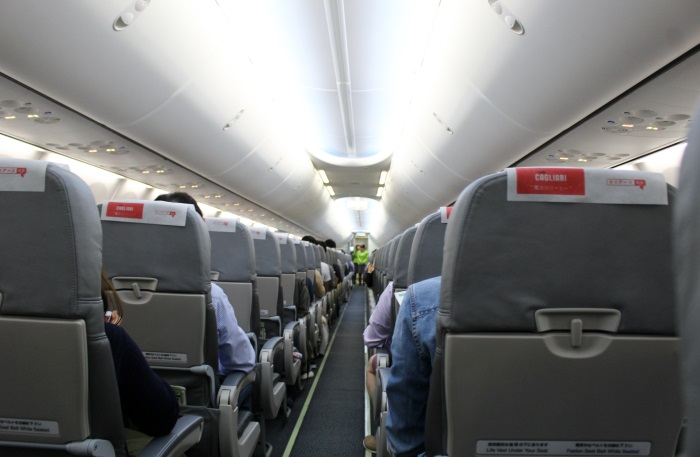 春秋航空日本(Spring Japan)の機内のスッキリとした高い天井は開放感がある
