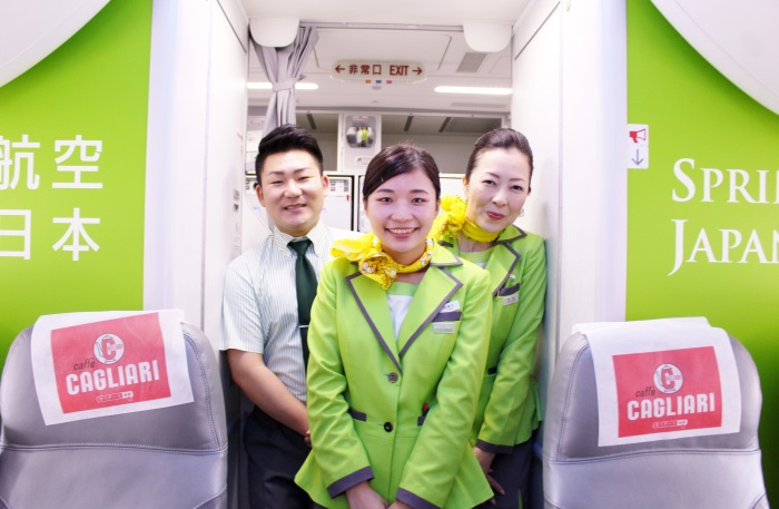 さわやかな笑顔でサービスを提供する春秋航空日本(Spring Japan)の広島便の客室乗務員