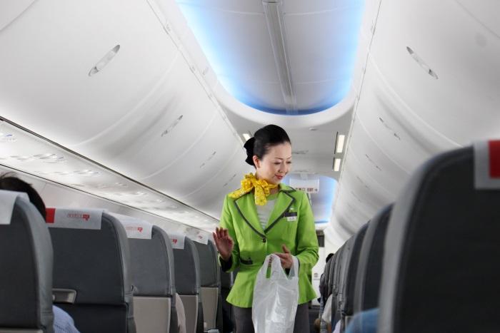 春秋航空日本の客室乗務員がすべての座席に目を配りゴミを回収