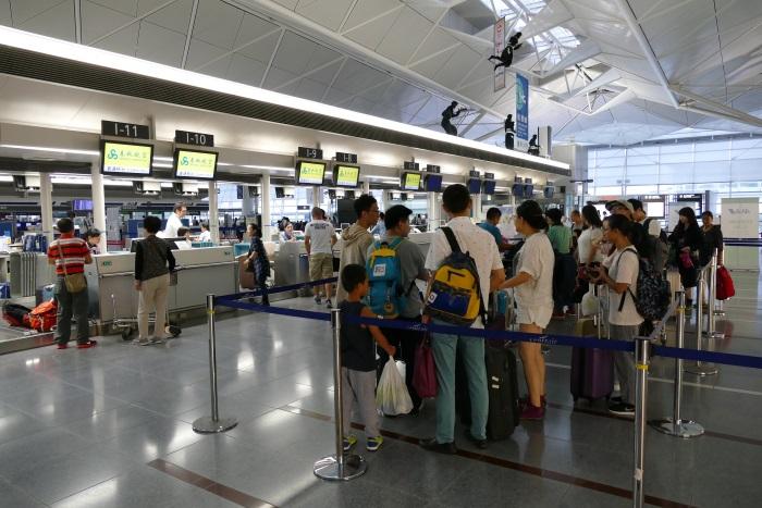 中部空港で春秋航空のチェックインカウンターに並ぶ乗客(撮影:2016年9月)
