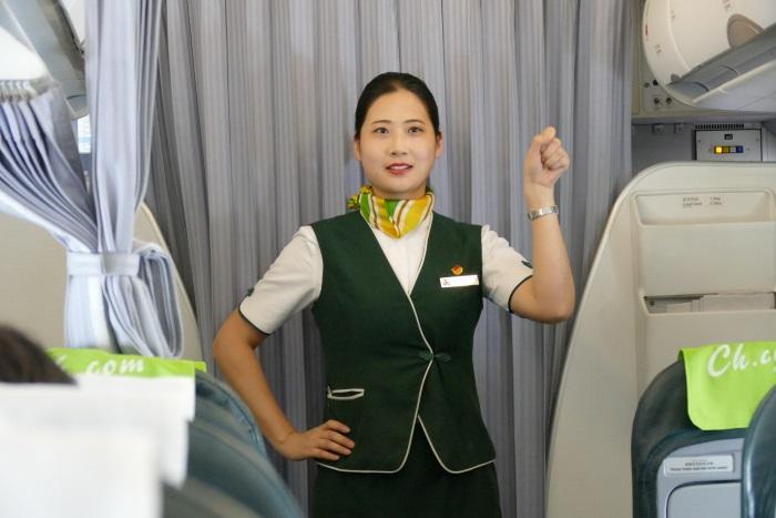 機内で「春秋体操」を行う客室乗務員