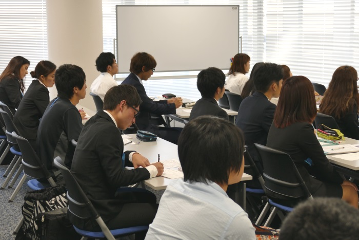 熱心に講義を受ける日本福祉大学の学生たち