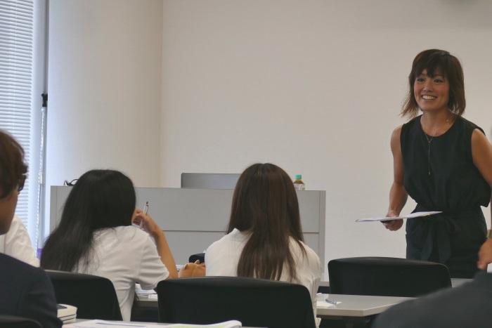 「キャリア形成」をテーマに講義する小林さん