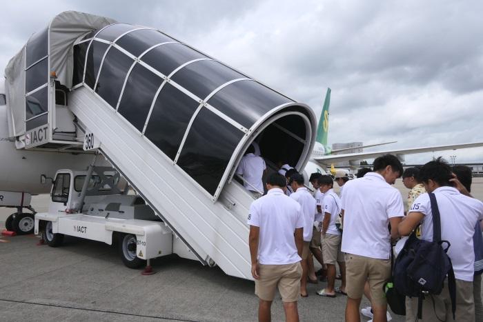 佐賀行きのIJ701便に乗り込む慶應義塾體育會ラクロス部男子のみなさん