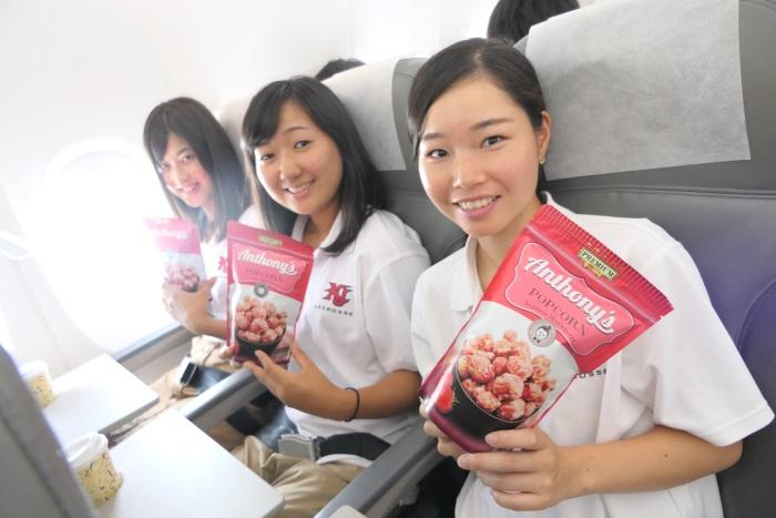 2017年8月からの機内食の新商品「アンソニー図ポップコーン ストロベリー味」(300円)を試食