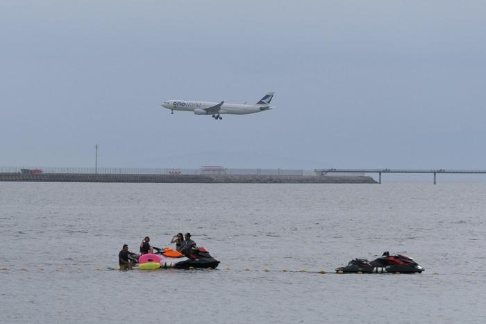 中部国際空港に着陸する飛行機とジェットスキー