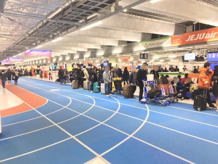 旅客で混み合う成田空港第三ターミナル内