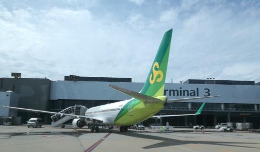 成田国際空港3タミに駐機する春秋航空日本