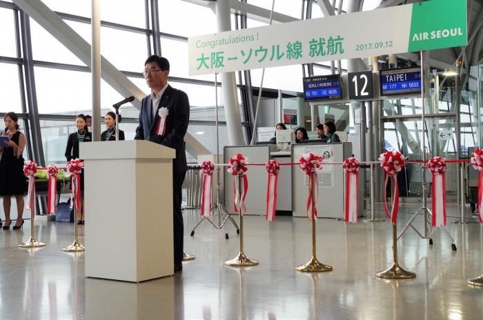 報道陣を前に挨拶する柳光熙(リュ・グァンヒ)代表
