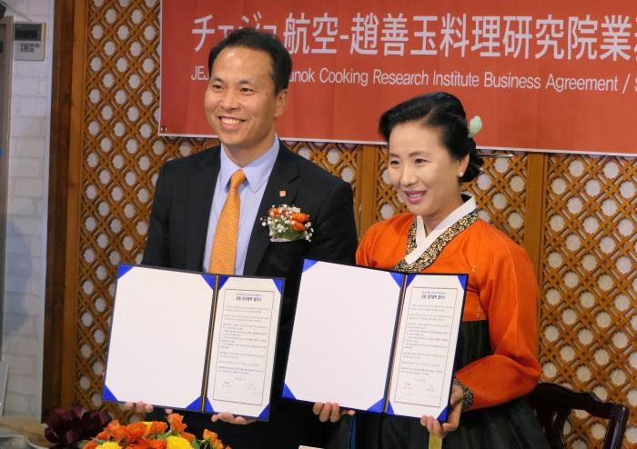 業務協約式を行ったチェジュ航空の高京杓取締役(写真左)と趙善玉料理研究院の趙善玉院長(写真右)