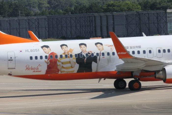 特別塗装機には東方神起ユノさんのラッピングが施されている