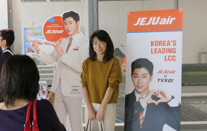 搭乗ゲートではユノさんの等身大パネルと一緒に記念撮影が可能