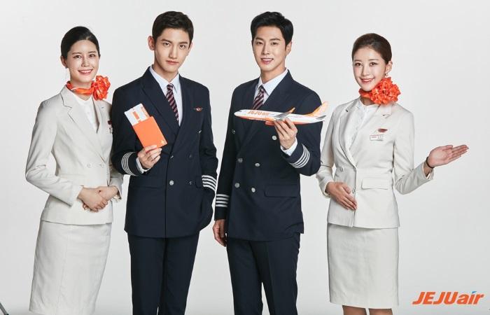 チェジュ航空イメージモデルの東方神起と客室乗務員(提供:チェジュ航空)