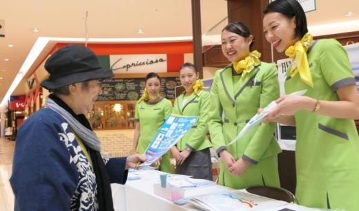 春秋航空日本(Spring Japan)のブースでは現役の客室乗務員がPR