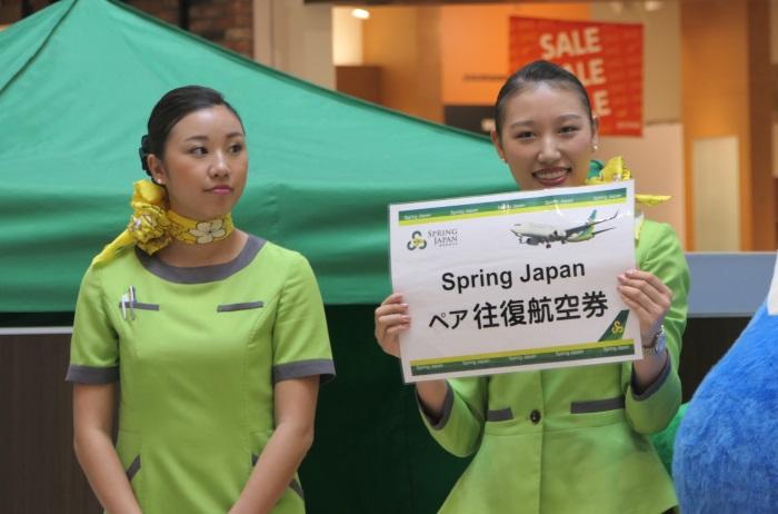 成田からのペア往復航空券のプレゼント発表に会場の熱気が上がる
