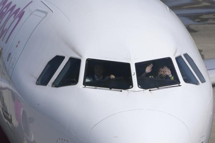 パイロットがコックピットから出発のあいさつ