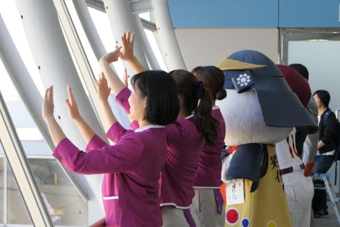 MM413便 新千歳行きの初便を見送るピーチのCAら
