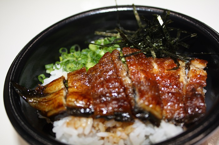 さまざまな地域のご当地どんぶりを楽しむことができます(写真は愛知県三河一色産の鰻を使用したまぶし丼)