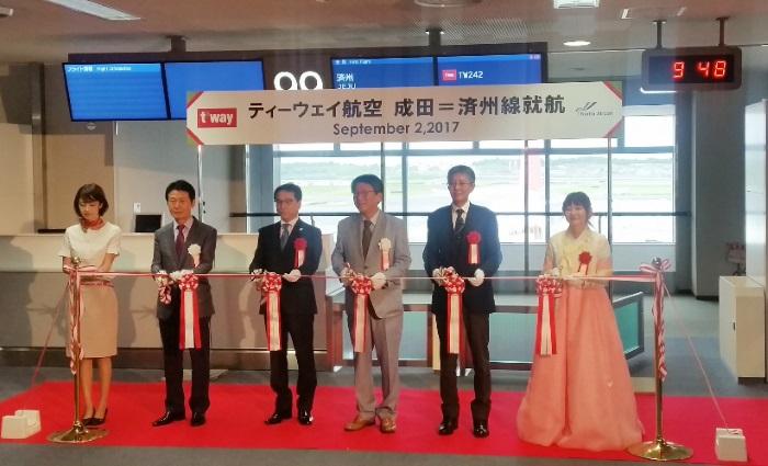 成田空港第2ターミナルで成田~済州線の新規就航記念式典を開催(2017年9月2日撮影)