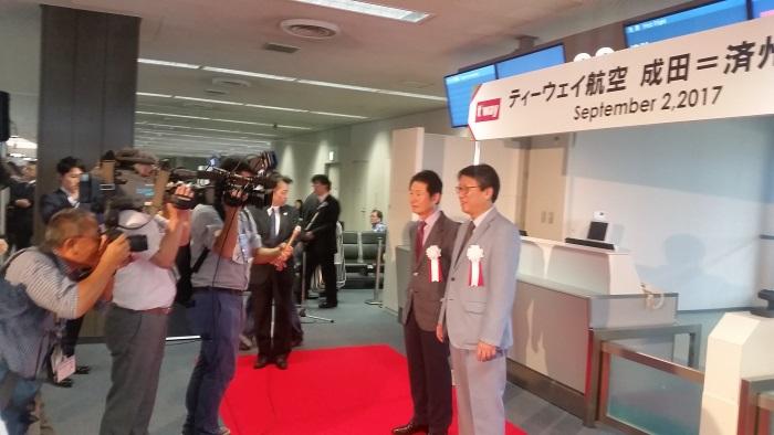 報道陣の取材に応じるティーウェイ航空 鄭 鴻根CEO(写真右)と朴 濟晩 日本地域本部長 (写真中央)