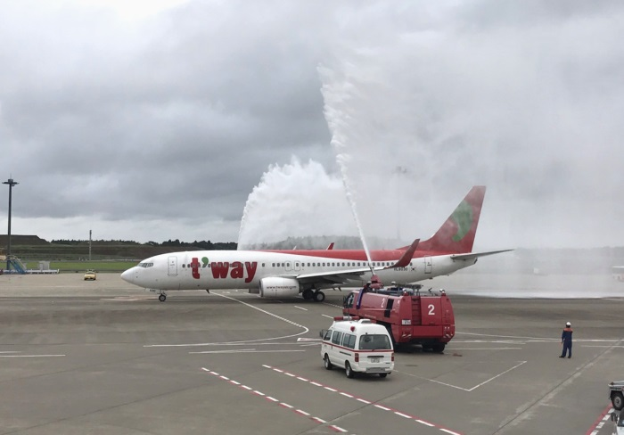 済州行きの初便を祝うウォーターキャノンも行われた