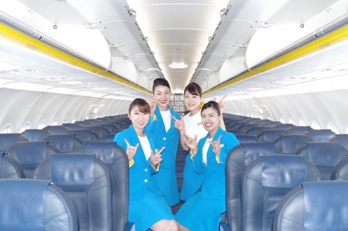 到着後の機内で撮影に応じる4名のクルー