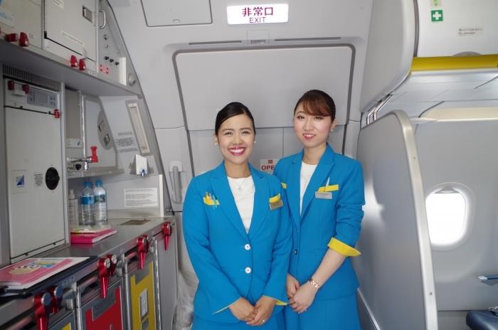 笑顔で乗客を出迎えるバニラエアの客室乗務員