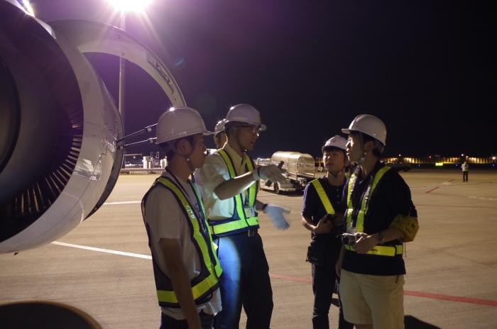 飛行前の安全確認について説明を受ける学生