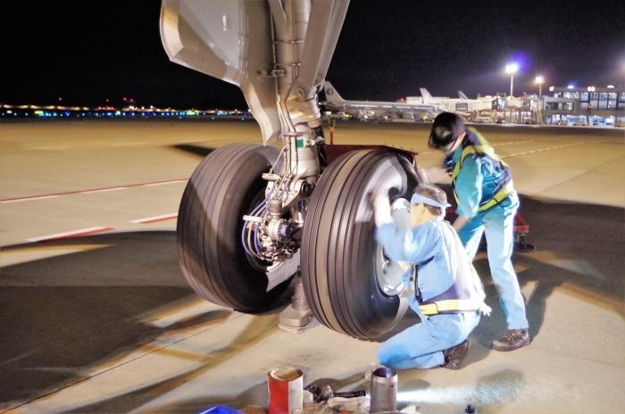 タイヤ交換作業中の整備士