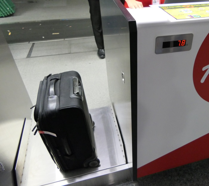 機内持ち込み制限を超える荷物は有料で預ける