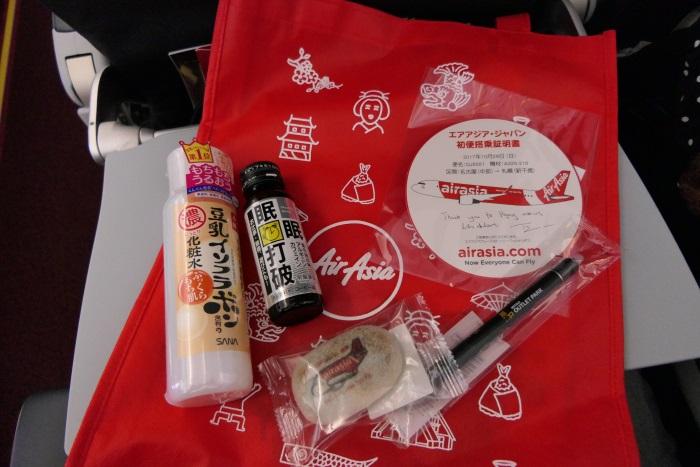 エアアジア・ジャパンの新千歳行きDJ001便の初便搭乗記念品