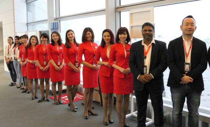 エアアジア・ジャパンの秦氏や客室乗務員らがゲートでお見送り