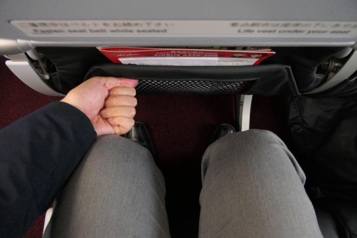 エアアジア・ジャパンのスタンダードシートの足元の空間(26D・身長175センチの場合 )