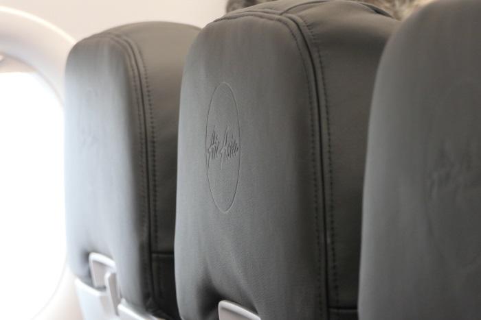 シートの背の部分にエアアジアのロゴが刻まれている