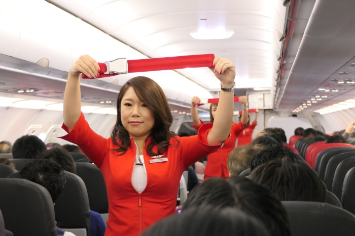 デモンストレーションを行うエアアジア・ジャパンの客室乗務員