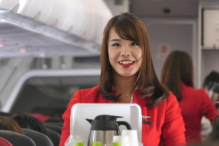 笑顔で接客するエアアジア・ジャパンの客室乗務員