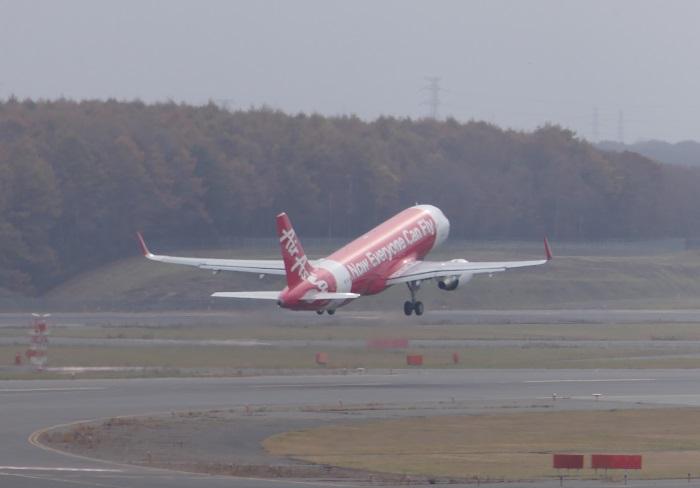 新千歳空港を飛び立つエアアジア・ジャパンの飛行機