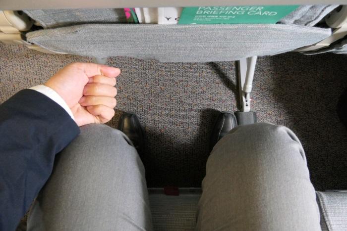 エアソウルの座席の足元は握りこぶし1.5個分の空間がある