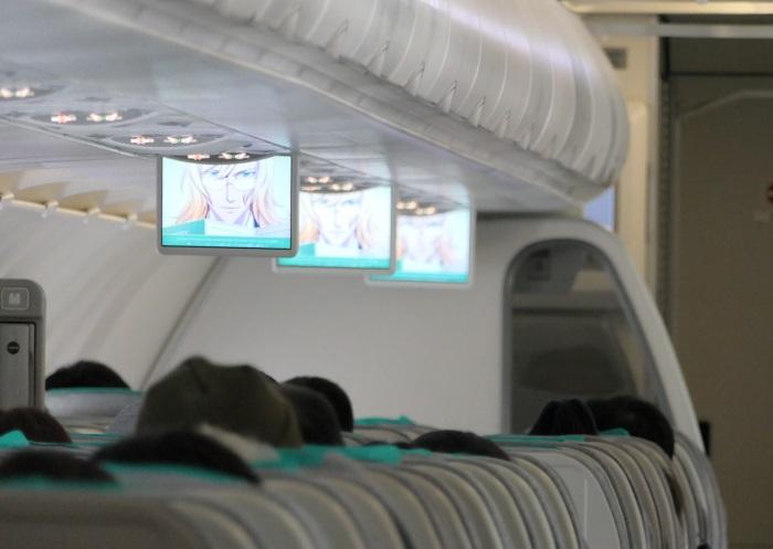 機内の安全設備の説明は各席の液晶モニターでアニメを放映