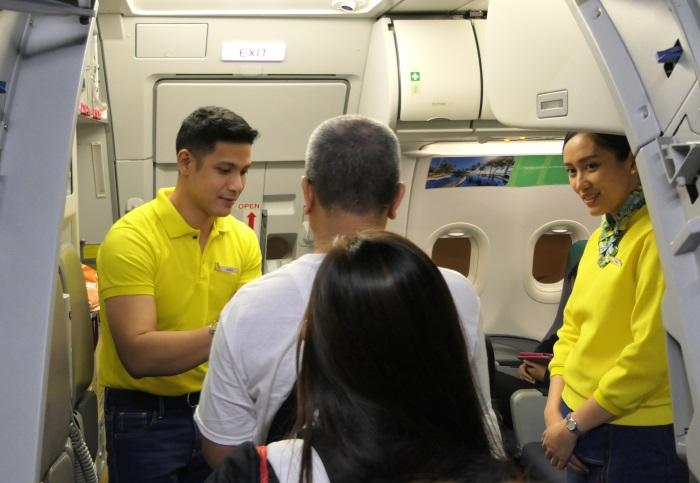 笑顔で搭乗客を出迎える客室乗務員