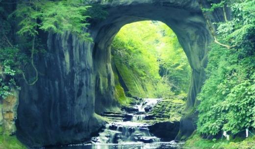SNSで話題の千葉県君津市にある亀岩の洞窟(濃溝の滝)