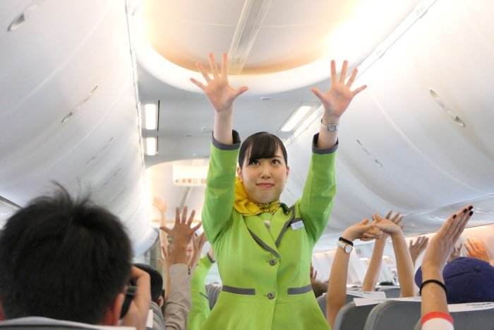 成田行きの機内では「春秋体操」が行われた