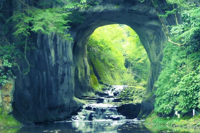SNSで話題の「亀岩の洞窟」