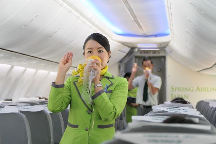 機内の安全設備を丁寧にデモンストレーション