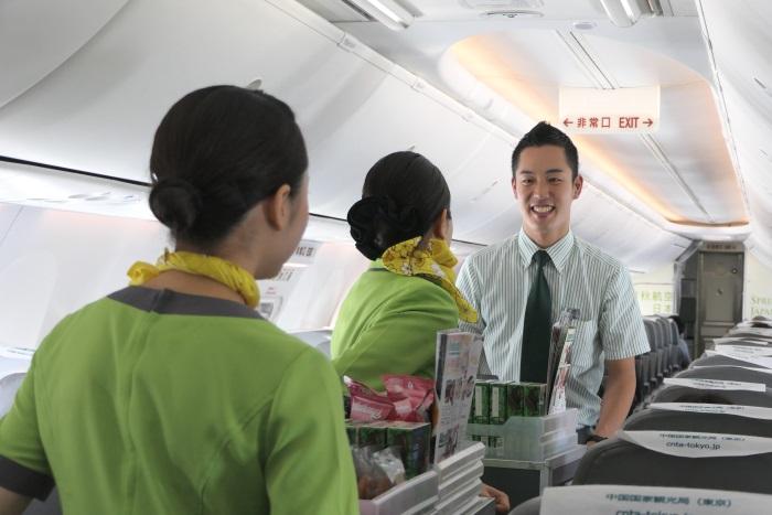 笑顔でコミュニケーションするIJ701便のクルー